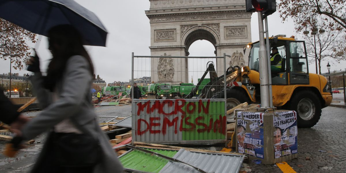 The French protesters dismantle the pavement and burst into state institutions