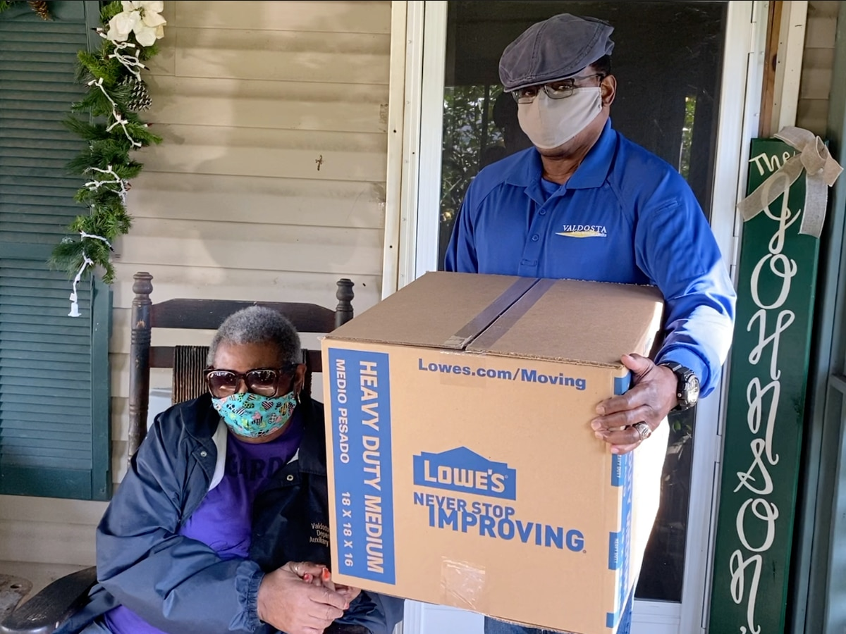 Valdosta partners with Lowe's to surprise families with Thanksgiving meals