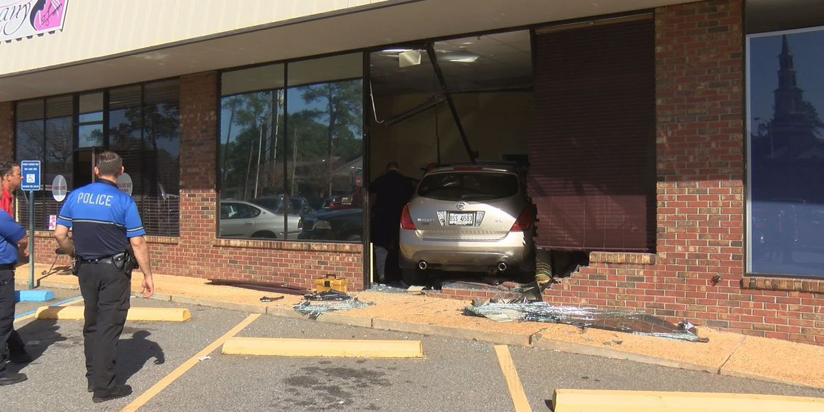 Car crashes into Albany beauty school