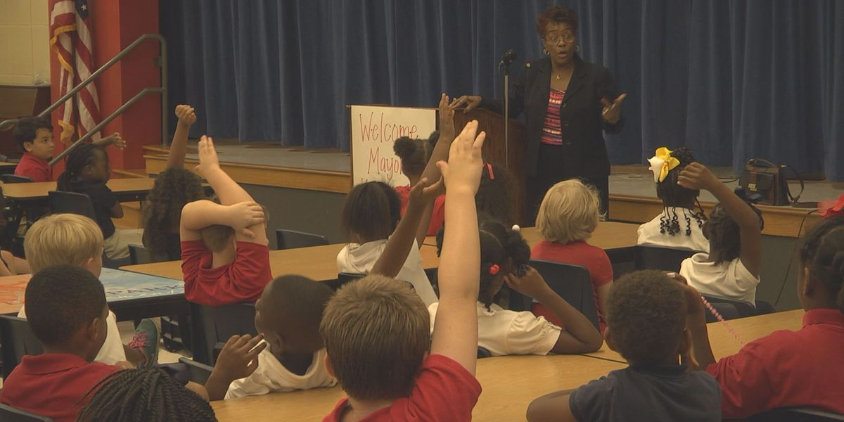 Albany Mayor visits with second graders