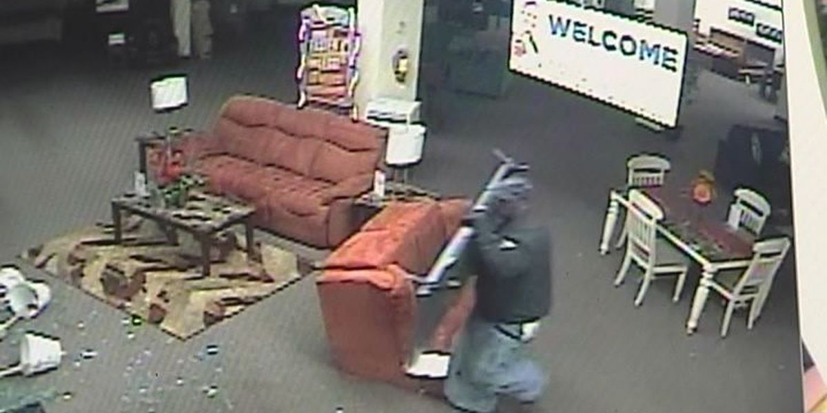 Burglar cuts himself severely, breaking into store