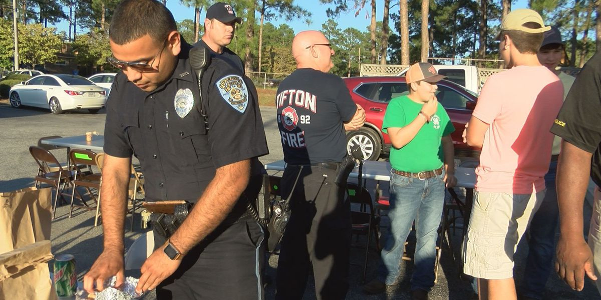 Tifton dentist sponsors cookout for first responders