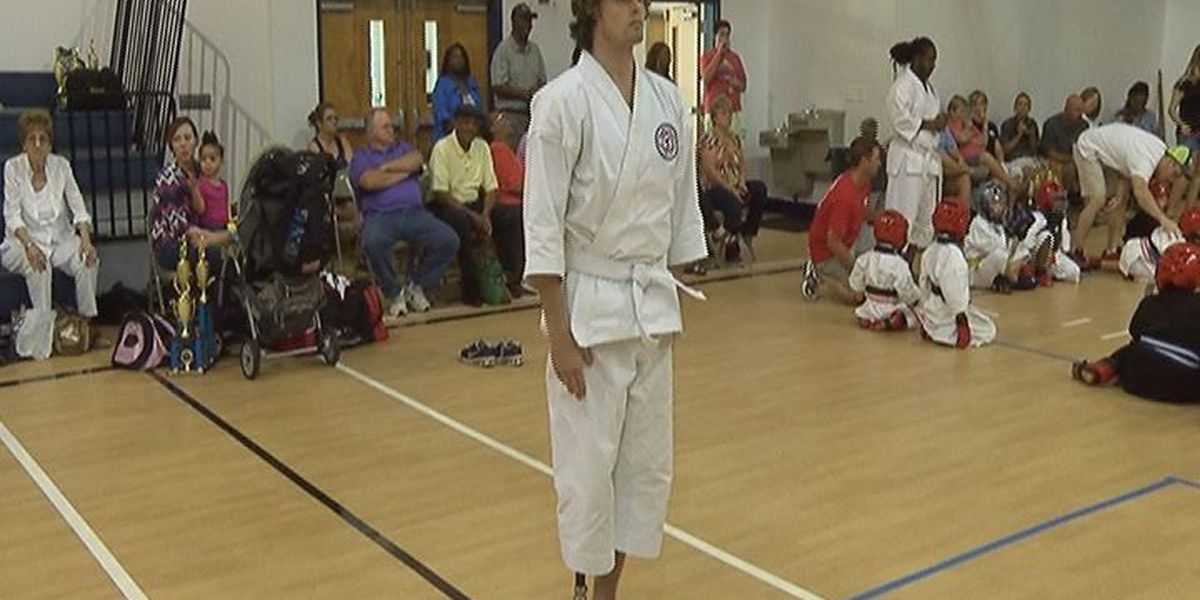 Amputee shows off his martial arts moves