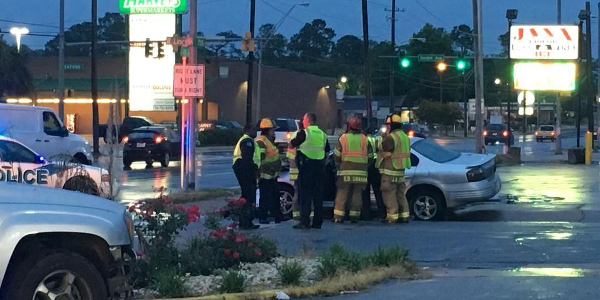 GSP investigates 2-car wreck in Albany Sunday