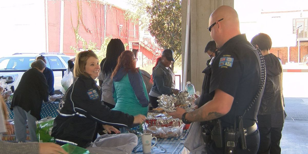 Students make lunch for APD officers