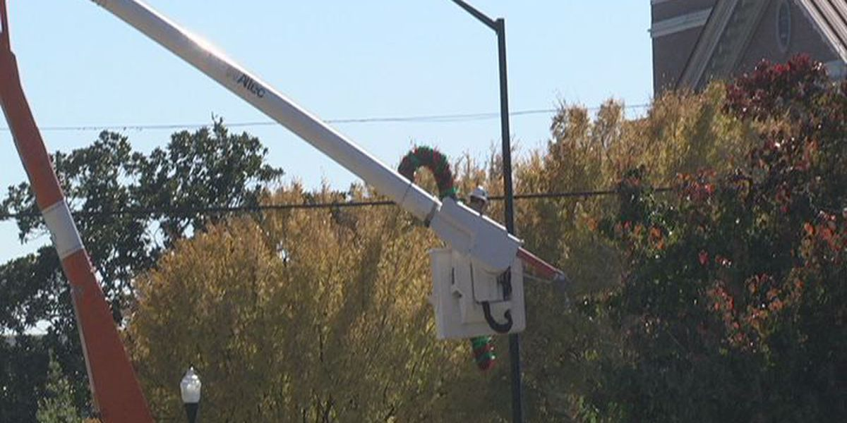 Sylvester workers hang up Christmas lights