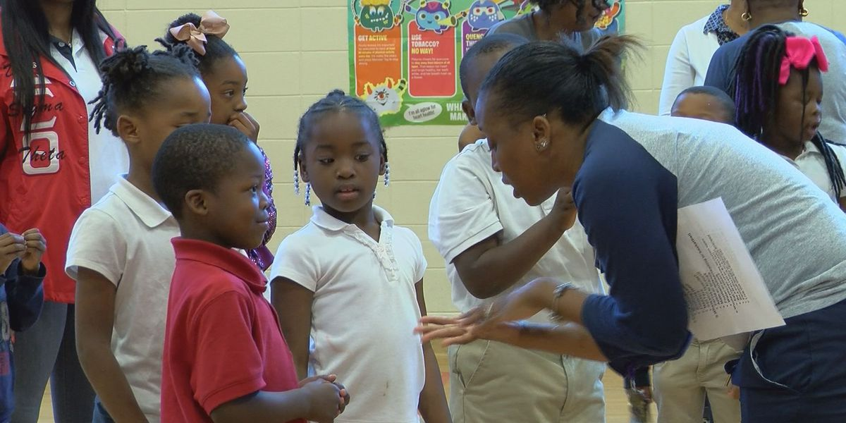 School-based health clinic teaching students about healthy living