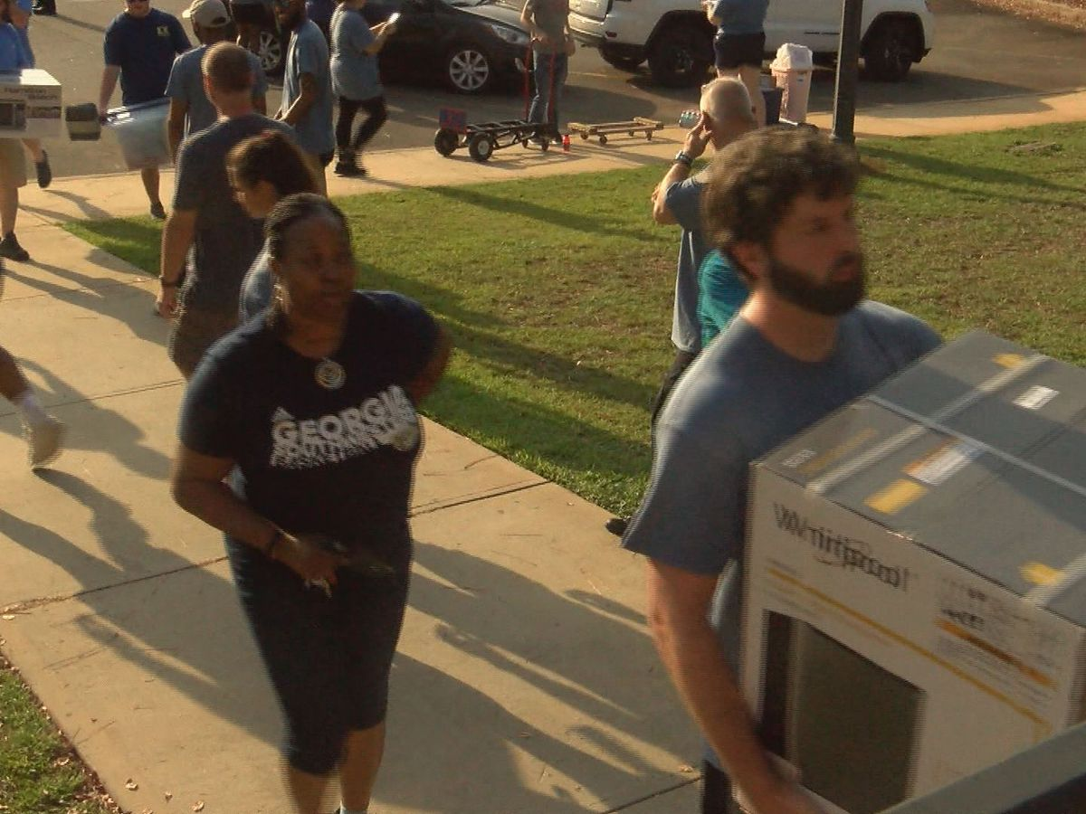 Volunteers help Georgia Southwestern freshmen move-in