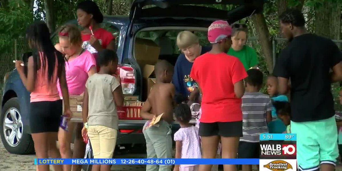 Tifton summer feeding program gives away food, books