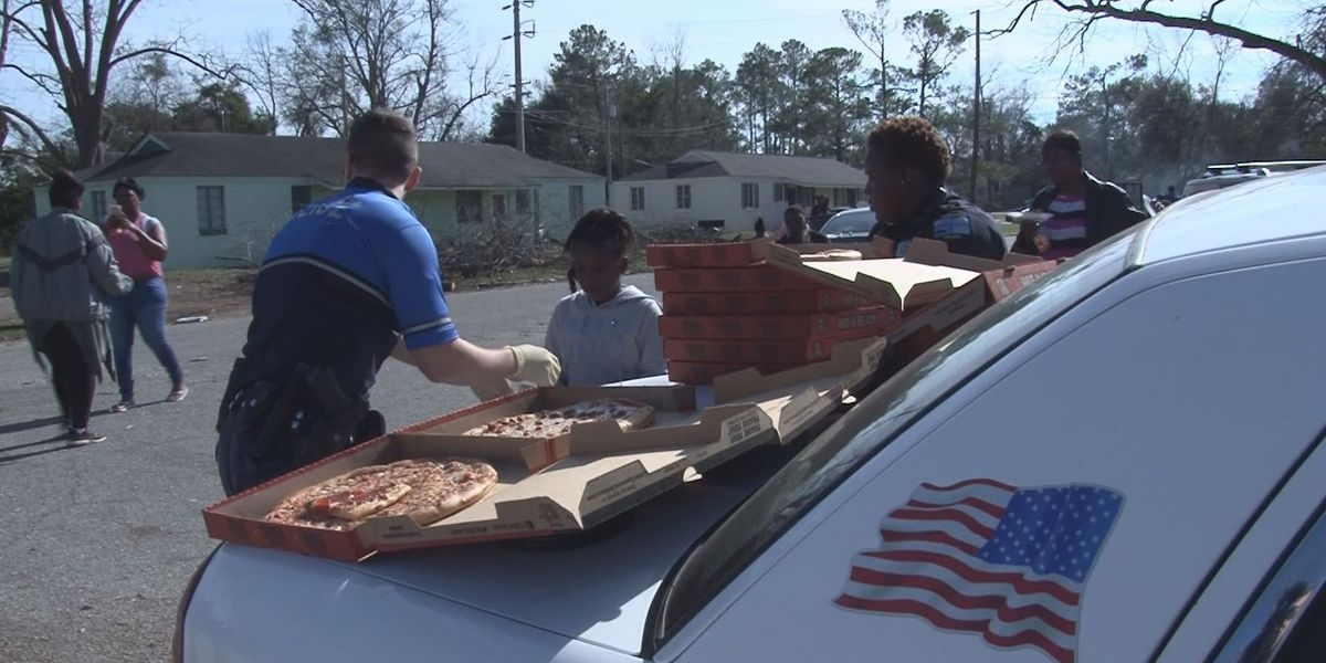 Officers deliver pizza to storm victims