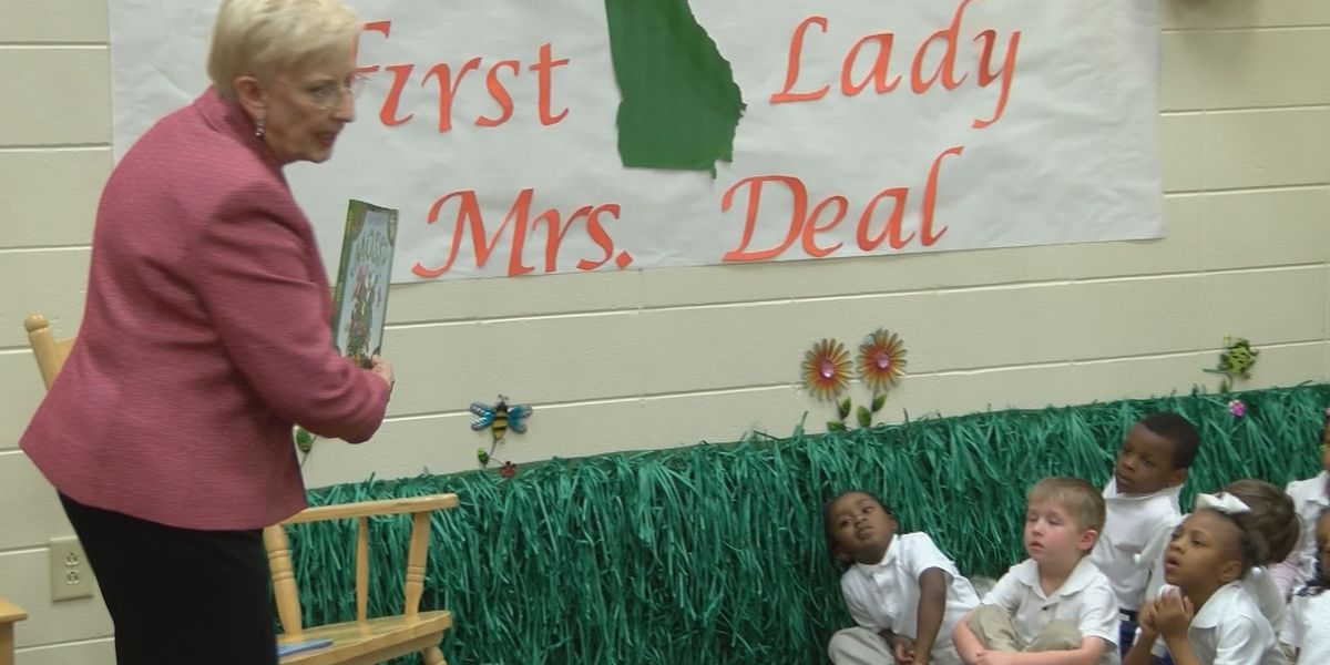 Sandra Deal reads to South Georgia students