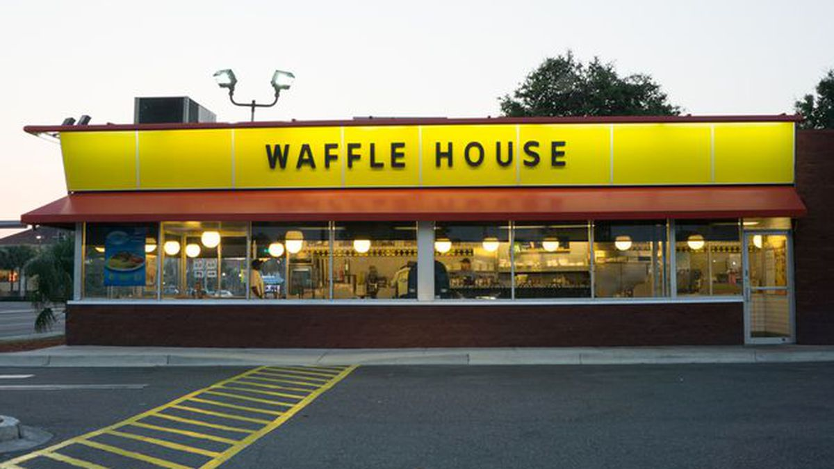 Sheriff: Angry Waffle House patron throws drink at worker