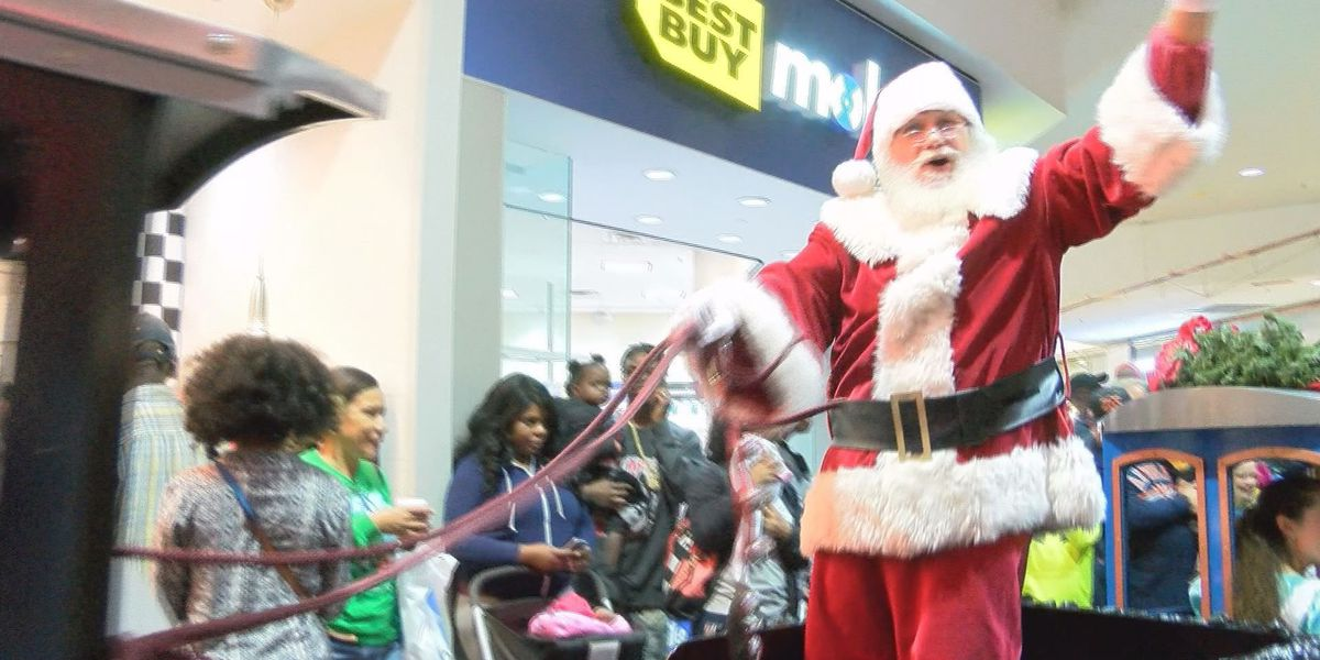 Large crowd greets Santa Claus as he arrives at Albany Mall