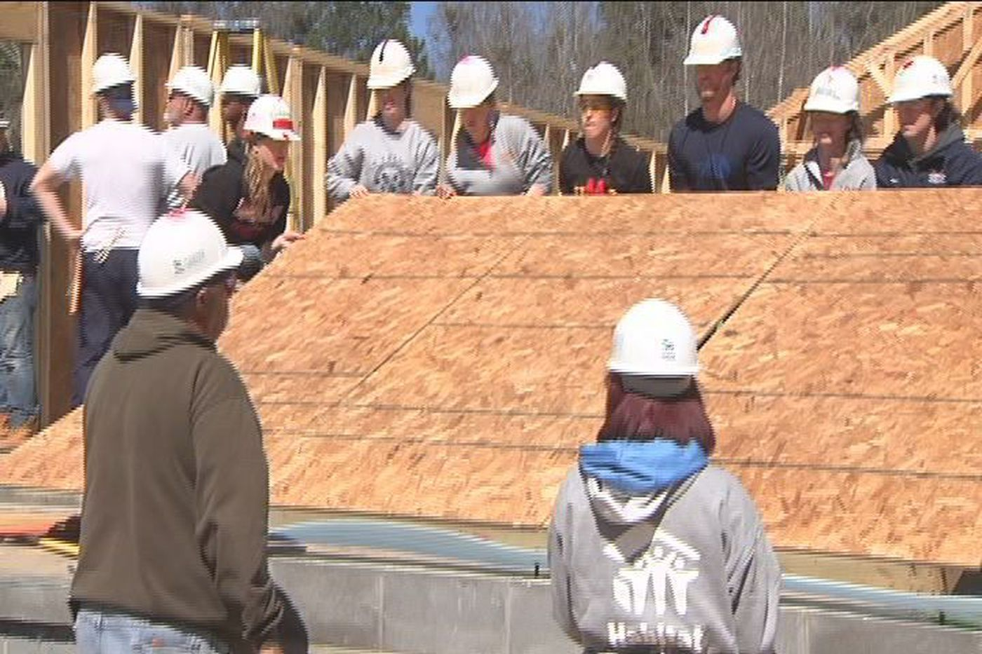 College students building Habitat Homes in Albany for spring break